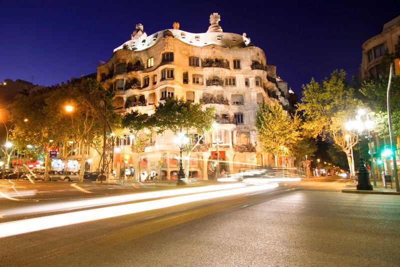 Paseo de Gracia de noche, con una panorámica de La Pedrera