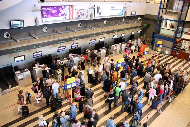 Очередь на регистрацию в терминале аэропорта Катовице в Польше