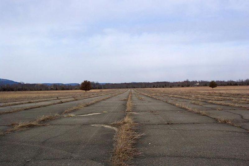 Поросшая травой взлетная полоса, бывший аэропорт Галевилл в США