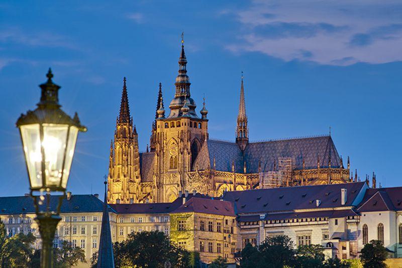 Достопримечательности Праги: замок Пражский Град (вид с Карлова моста).