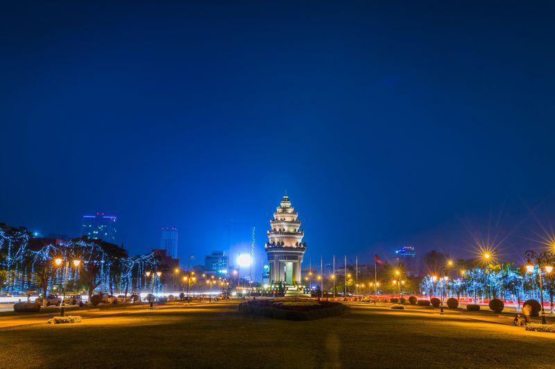 Suasana malam di Independence Monument, Phnom Penh
