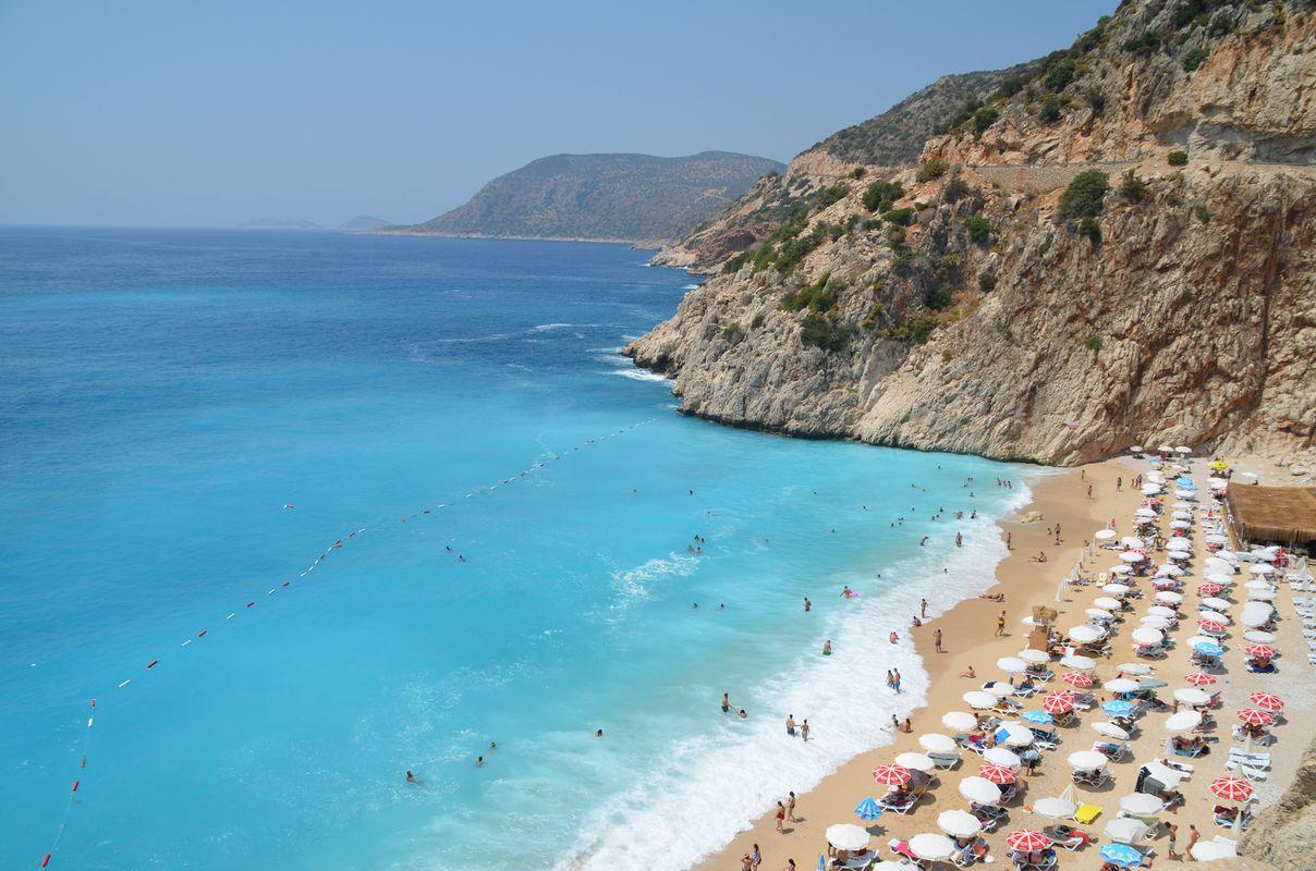 Вид на бирюзовую воду, скалу и пляж Капуташ в Турции с высоты птичьего полета
