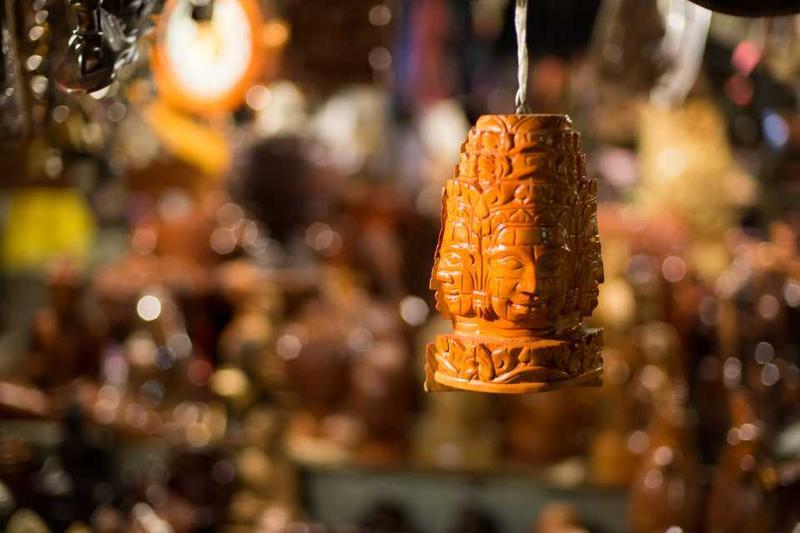 Украшение в виде головы Будды на рынке