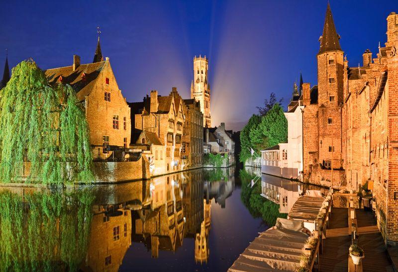 Огни вечернего Брюгге с готическими домиками на канале