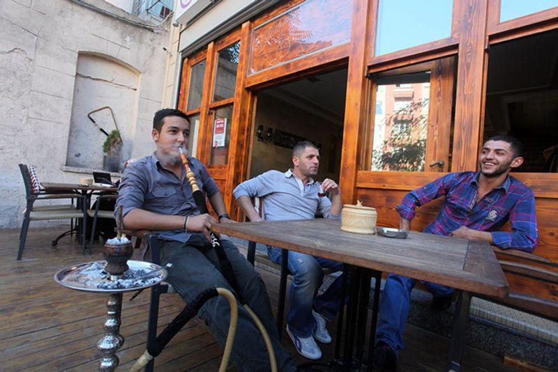 Молодые турки в одной из кальянных Стамбула