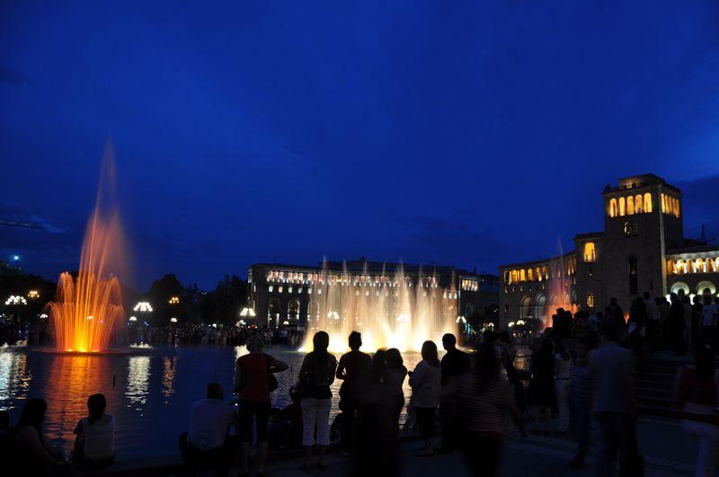Поющие фонтаны на площади Республики в Ереване, Армения