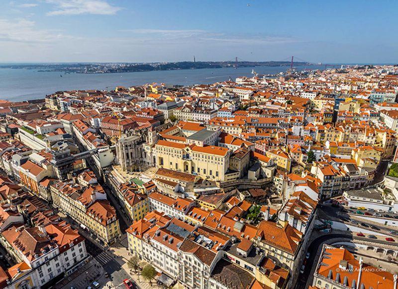 Roten Ziegeldächern von Lissabon