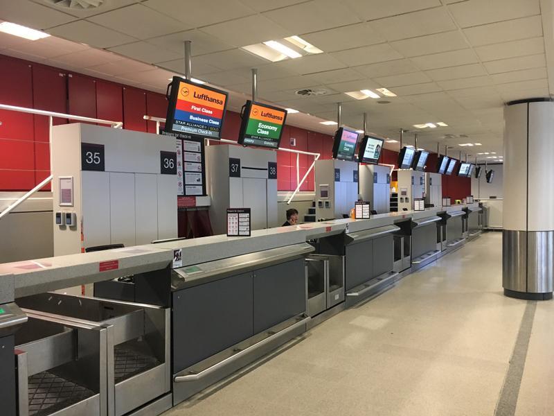 Регистрационные стойки в аэропорту