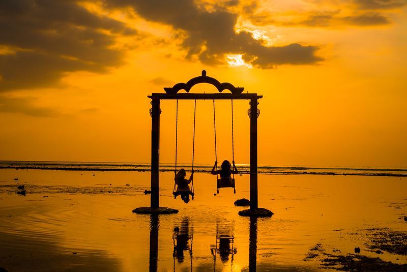 Ayunan di Ombak Sunset, salah satu spot terfavorit wisatawan di Gili Trawangan