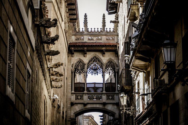 Barrio Gótico de Barcelona, panorámica del Carrer del Bisbe y la Catedral