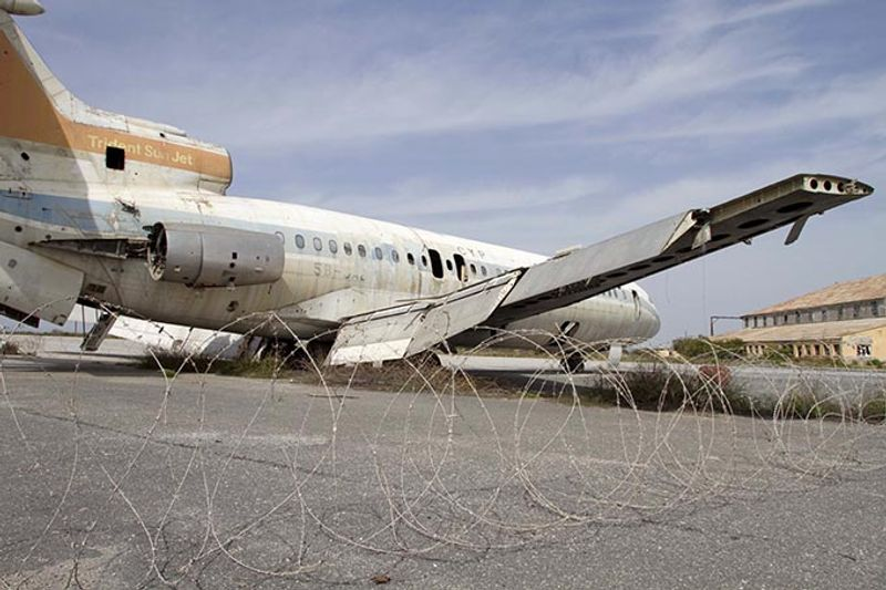 Ржавеющий самолет в заброшенном аэропорту Никосии, Кипр