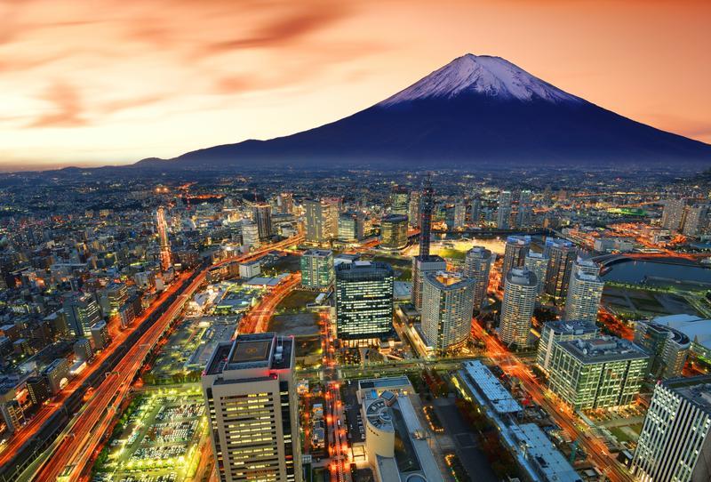 Вид сверху на Токио и гору Фудзи на закате