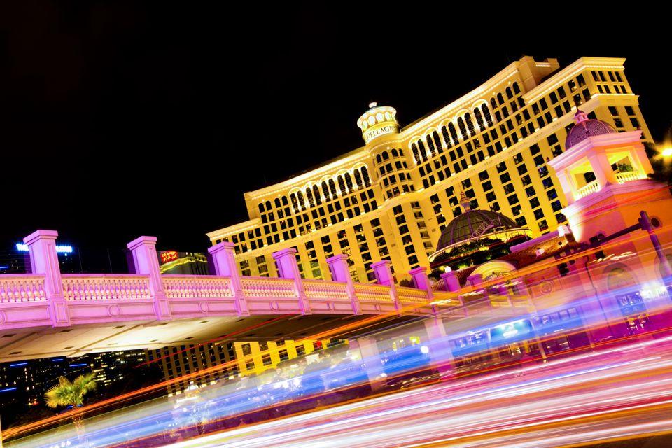 Φώτα από νέον σε χλιδάτο ξενοδοχείο του Λας Βέγκας