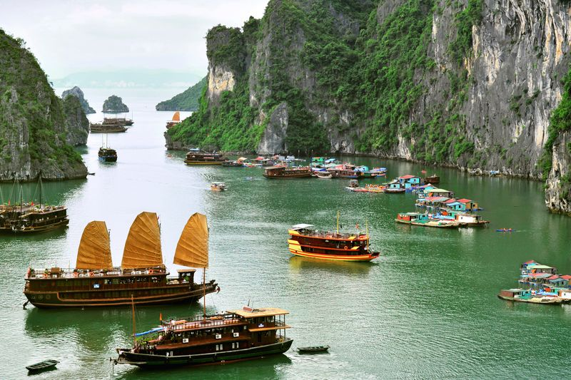 Panorama skenik khas Ha Long Bay di Vietnam