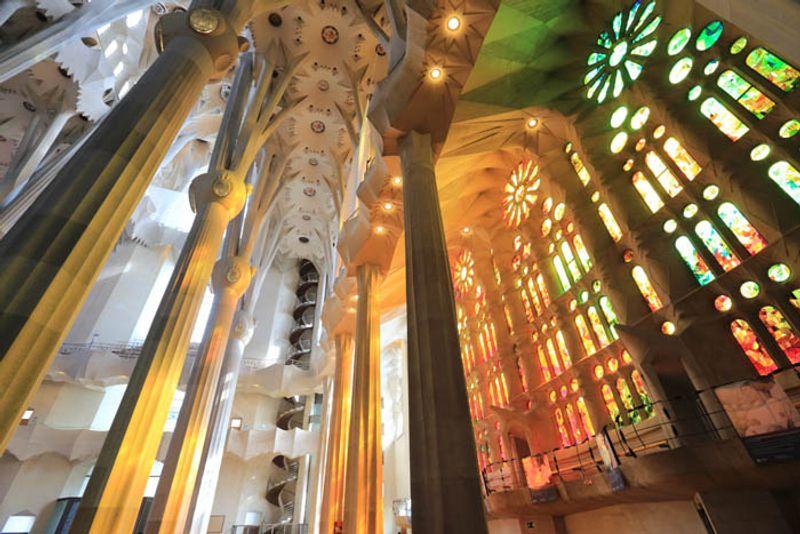Interior de la Sagrada Familia en Barcelona © motimeiri / Thinkstock