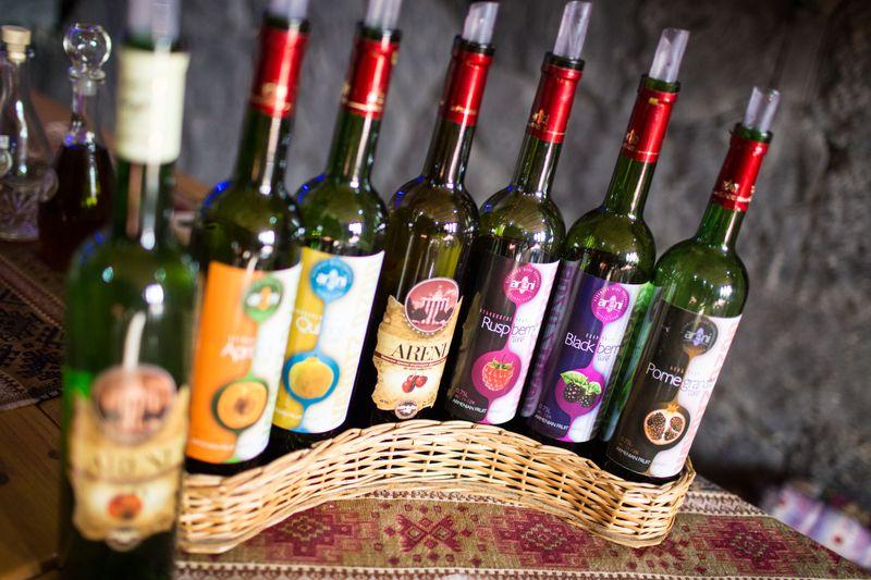Бутылки с винами из винодельни села Арени в Армении