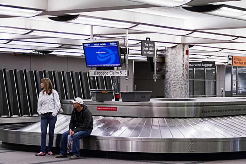 Люди ждут у багажной карусели в аэропорту