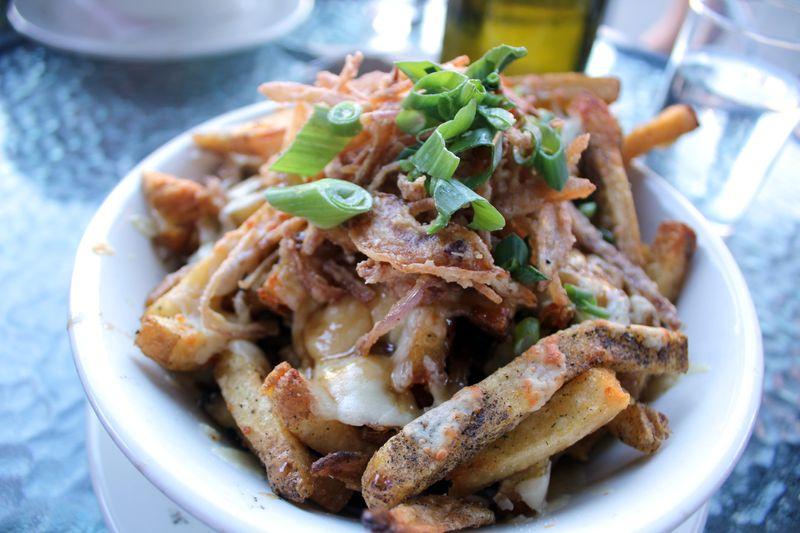 Национальное канадское блюдо из картошки фри путин