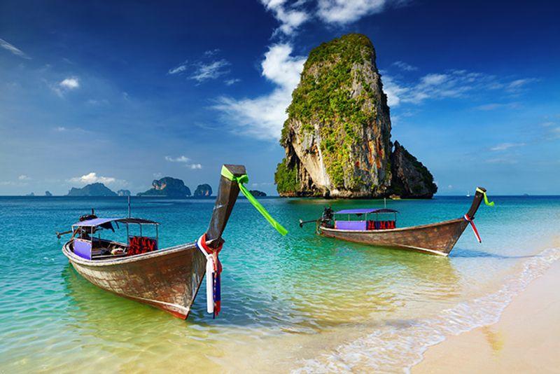 Открыточные тайские лодки на Андаманском побережье
