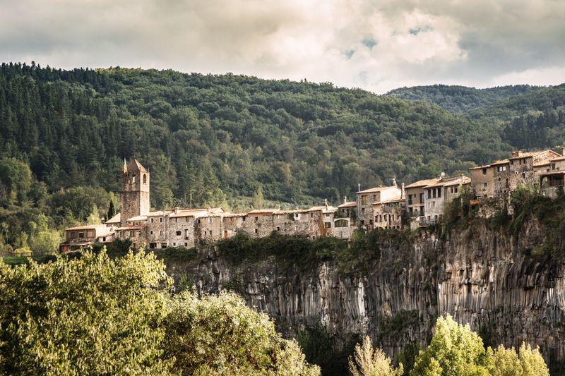 Castellfollit de la Roca, un increíble pueblo sobre las rocas en Girona