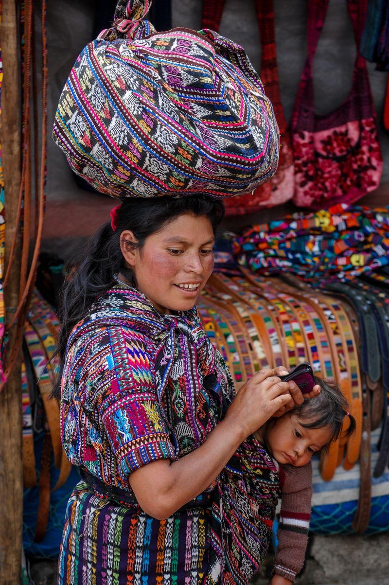 mujer en el mercado de chichicastenango en guatemala foto de Bisual Studio