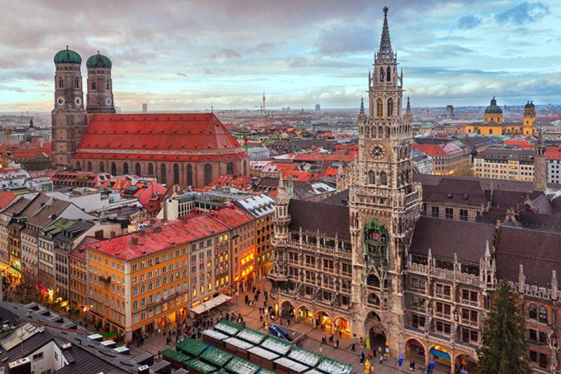 Фрауэнкирхе и городская ратуша Мюнхена, Германия