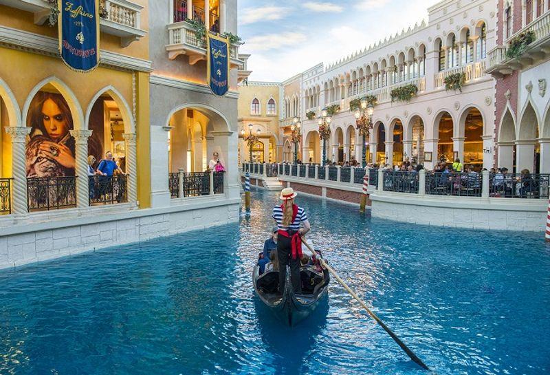 Im Venetian kann man eine Gondelfahrt unternehmen oder am Canal Grande entlang spazieren