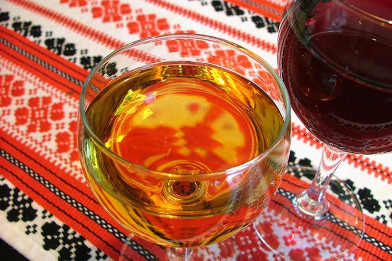 Бокалы вина и венгерский орнамент