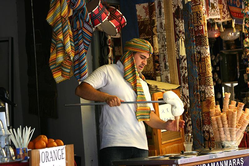 Торговец дондурмой на турецком рынке