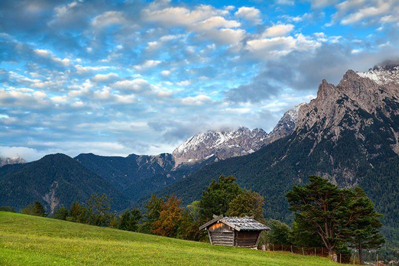 Хижина в горах неподалеку от Миттенвальда, Германия