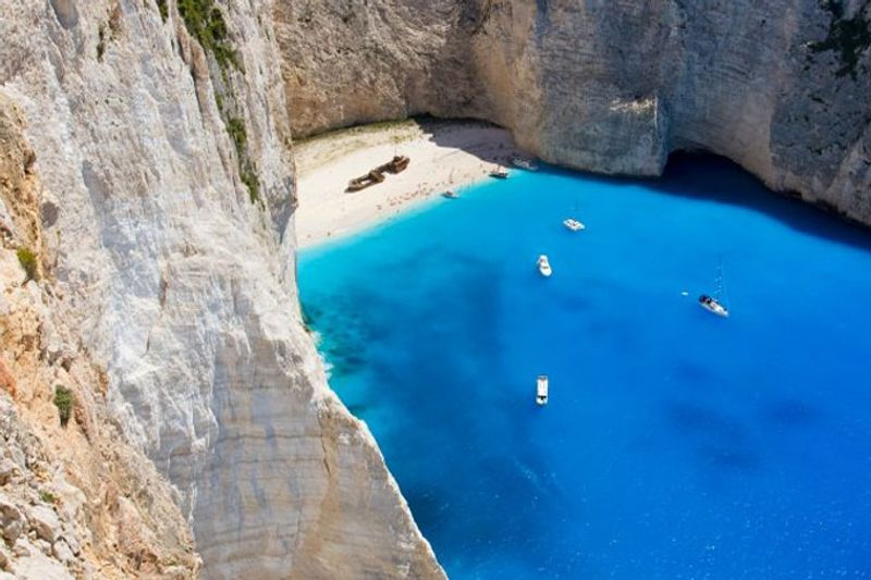 หาดนาวาจิโอ เกาะซาคีนโตส ประเทศกรีซ (Navagio, Zakynthos, Greece)