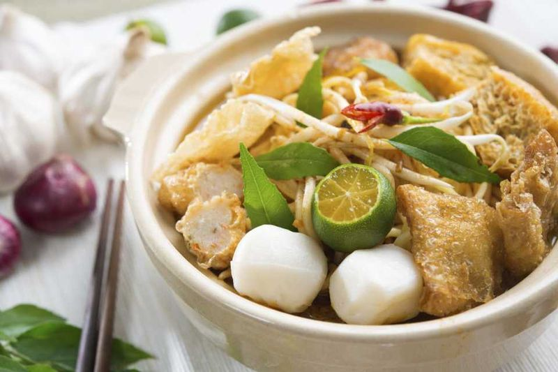Густой сингапурский суп лакса