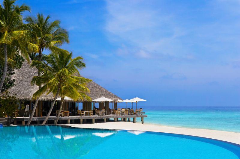 hotel y piscina en la playa