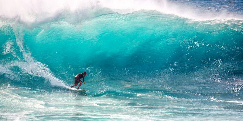 Серфер на гребне волны