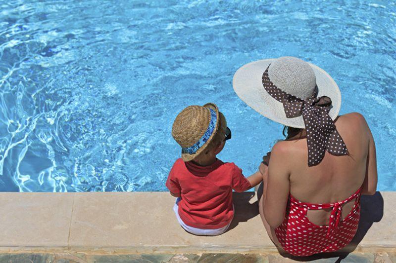Мать с сыном возле бассейна