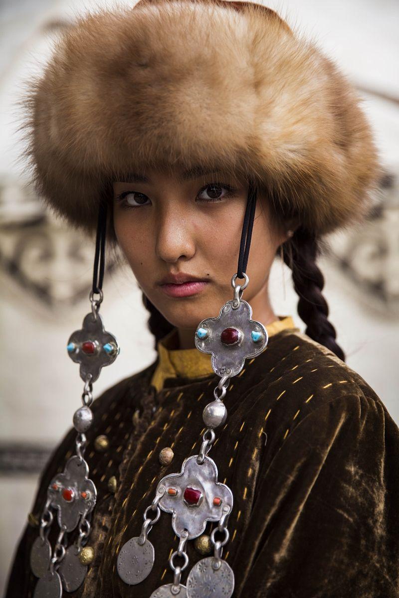 """Жительница Киргизии в национальном наряде из фотопроекта Михаэлы Норок """"Атлас красоты"""""""