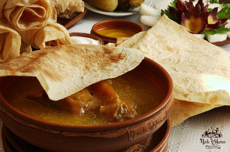 Жирный и горячий кавказский мясной суп хаш