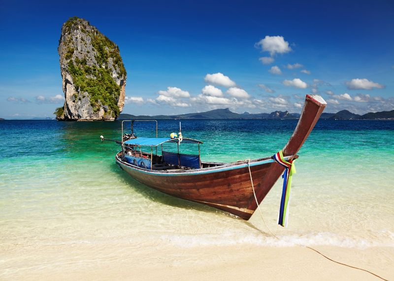 Лодка, пришвартованная у Андаманского побережья Таиланда