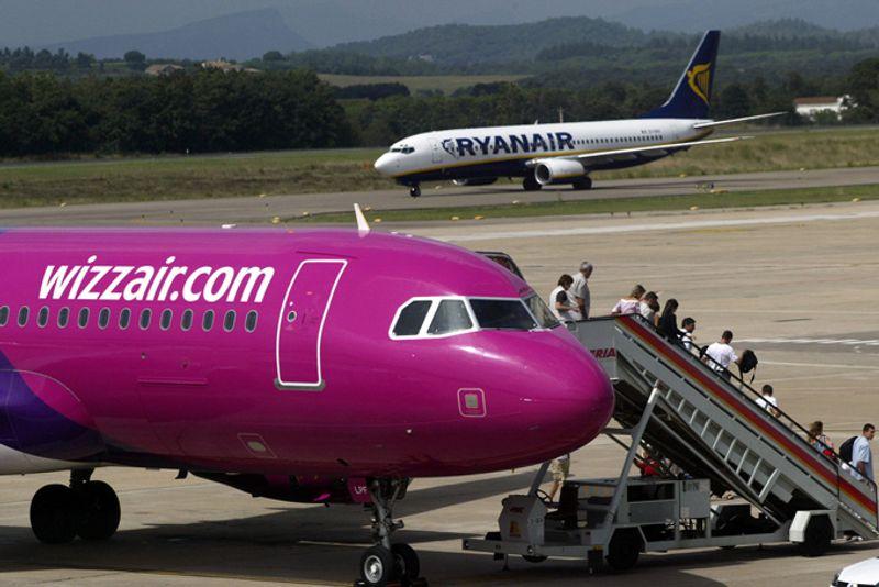 Самолеты лоукостеров Wizz Air и Ryanair в аэропорту Жироны