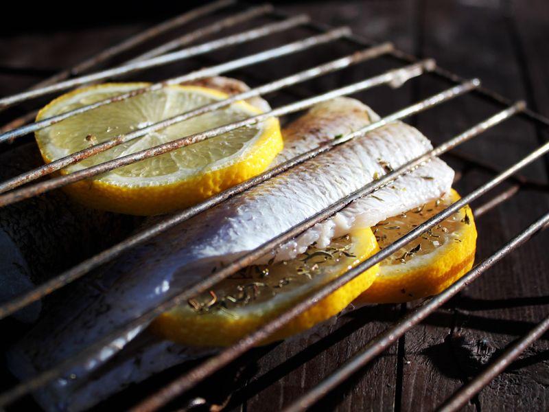 щука с лимоном на гриле