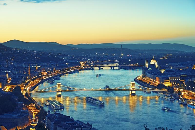 Вид на набережные Дуная с холма Геллерт в Будапеште