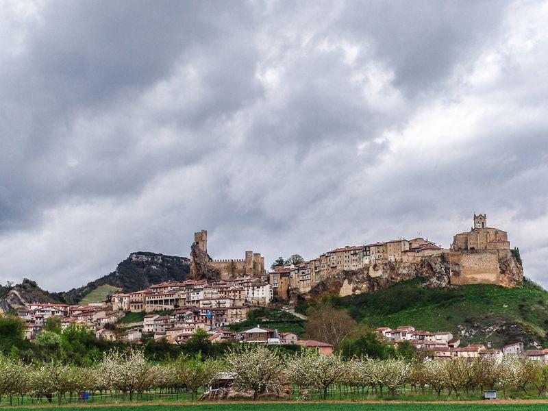 Frías en la localidad de Burgos cuenta con unas vistas imponentes a varios parques naturales