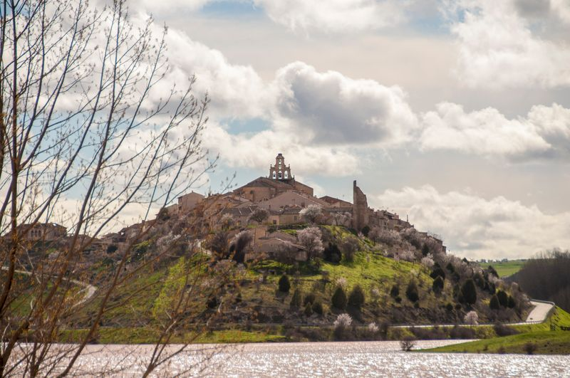El pueblo de Maderuelo desde el río, en Segovia