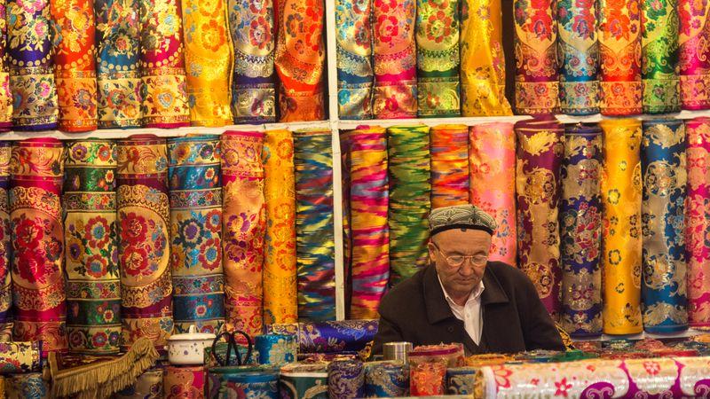 Продавец в магазине тканей в Кашгаре