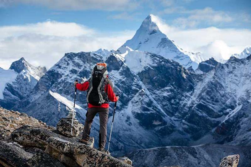 mochilero en las montañas de Nepal
