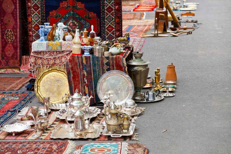 Посуда и ковры на блошином рынке Вернисаж в Армении