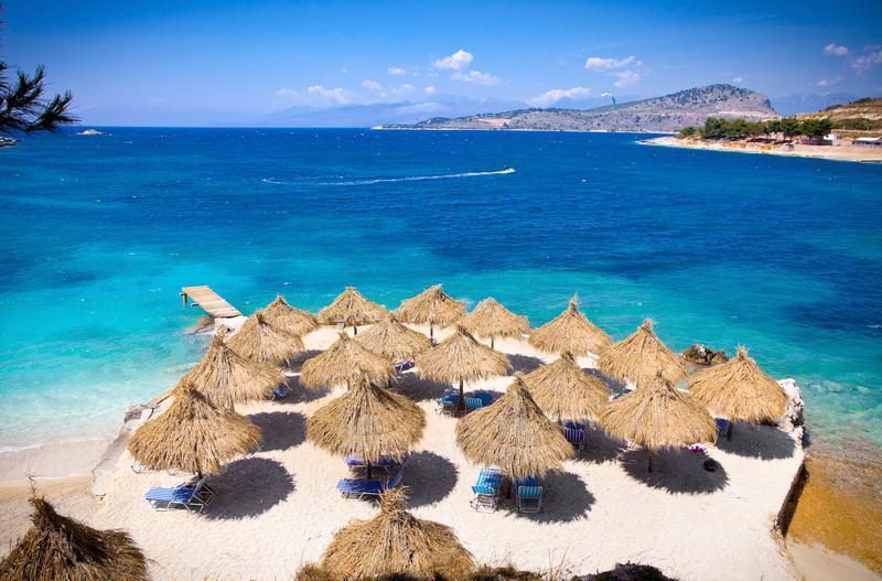 Clique na imagem e encontre voos para Tirana, capital da Albânia!