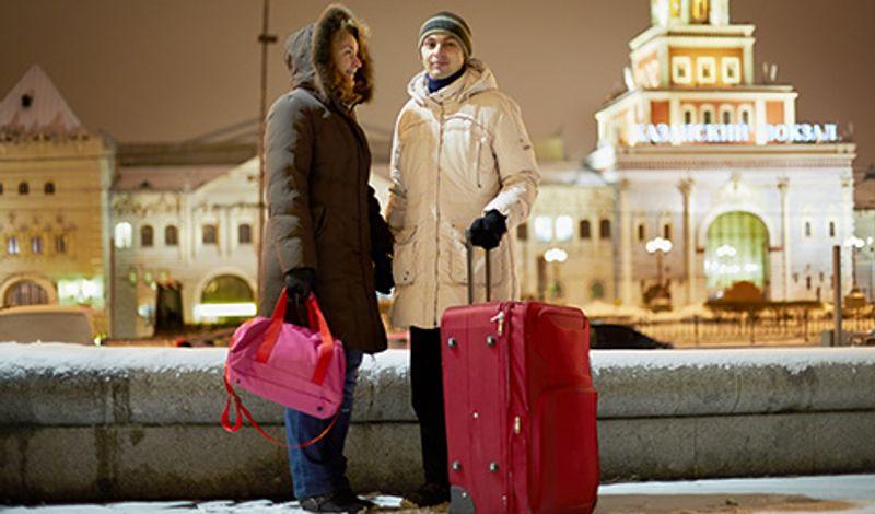 Пара с чемоданом возле Казанского вокзала