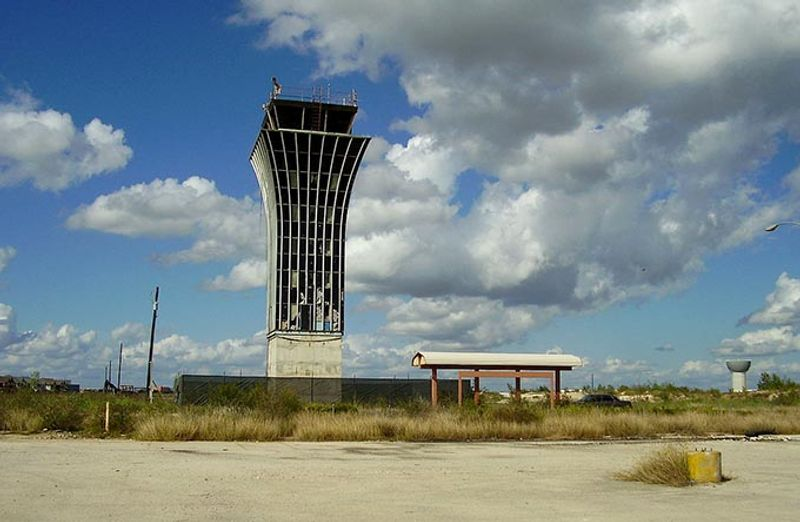 Диспетчерская вышка – все, что осталось от аэропорта Роберта Мюллера в Техасе