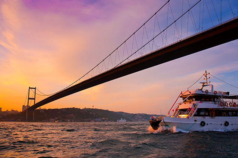 Круизный корабль в проливе Босфор, Турция